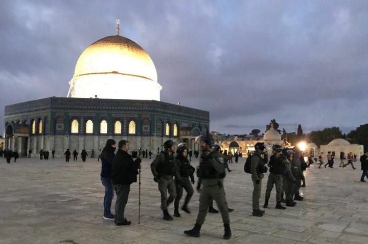 الاحتلال يعتدي على المصلين في المسجد الاقصى