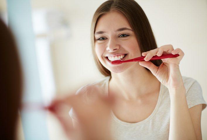 عادات خاطئة قد تدمر الأسنان