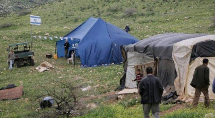 مستوطنون ينصبون خيمة على اراضي المواطنين في قرية التوانة