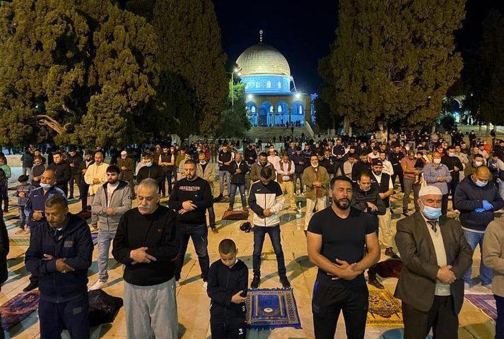 الآلاف يؤدون صلاة الفجر في المسجد الأقصى