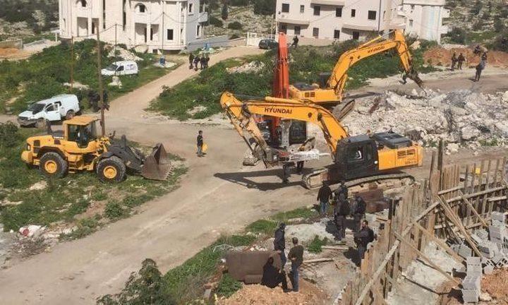 سلطات الاحتلال تخطر بهدم مبانٍ جنوب الخليل