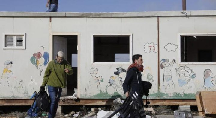 مستوطنون ينصبون بيتاجنوب الخليل