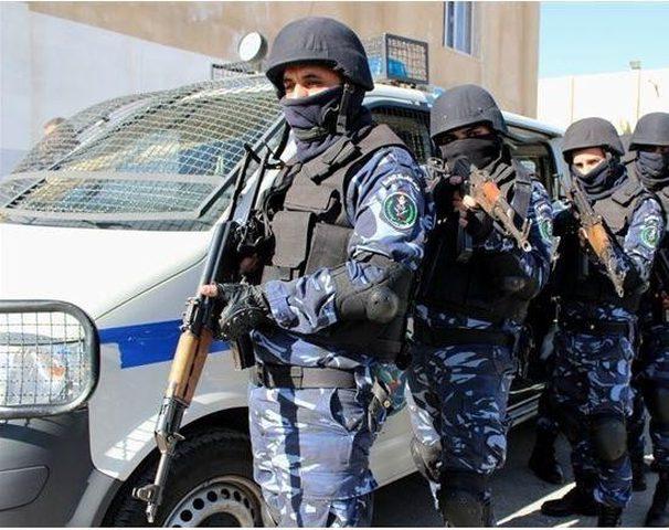 مواطن يسلم الشرطة 45 قطعة أثرية بنابلس
