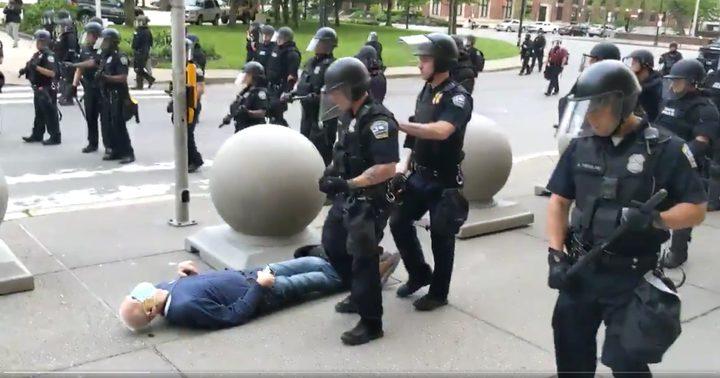 شاهد كيف كادت الشرطة الأميركية أن تقتل رجل مسن خلال الاحتجاجات