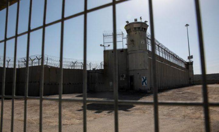 """الأسرى يعانون نقصا شديدا بالملابس في سجني """"عوفر"""" و""""مجدو"""""""