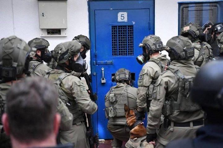 """نادي الأسير: أسرى سجن """"عوفر"""" ينفذون خطوات احتجاجية"""