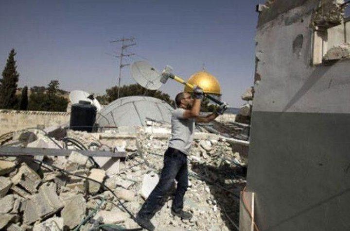 بلدية الاحتلال تجبر عائلة مقدسية على هدم شقتيها ذاتيًا