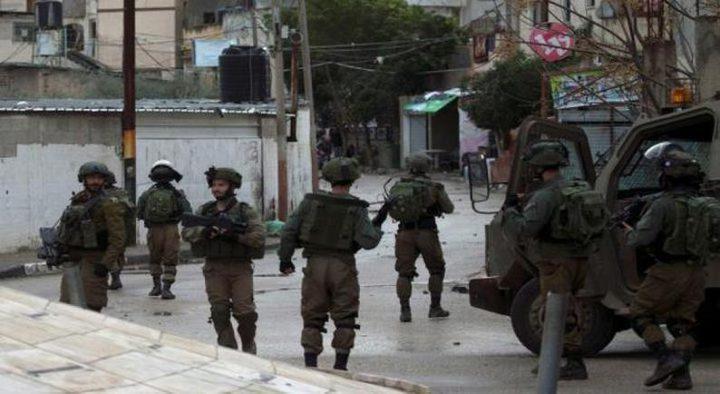 قوات الاحتلال تفتش عددا من المنازل في الخليل