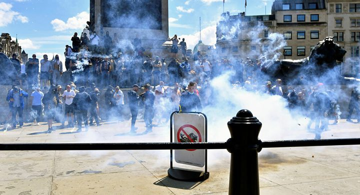 اعتقال أكثر من 100 مواطن بعد مظاهرات عنيفة ببريطانيا