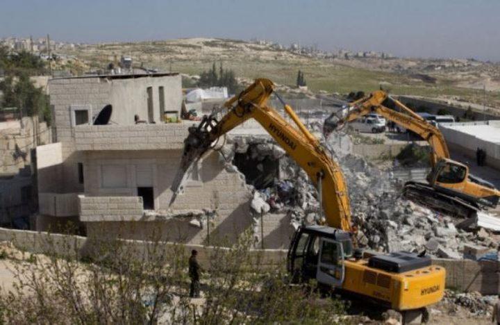 الاحتلال يهدم شقتين سكنيتين في مخيم شعفاط