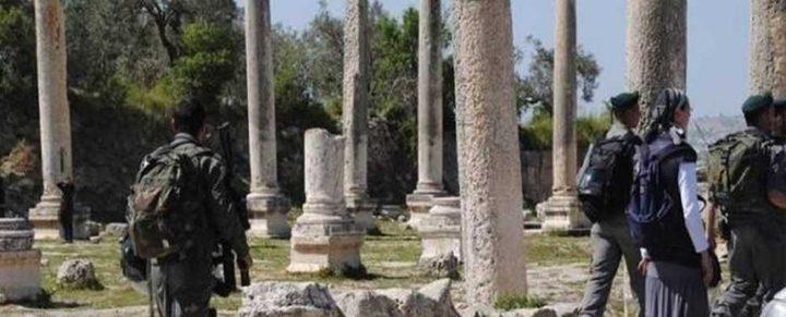 الاحتلال يقتحم سبسطية شمال نابلس ويغلق الموقع الأثري