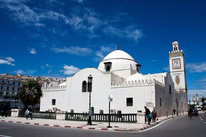 بسبب كورونا.. الجزائر تؤجل إعادة فتح المساجد وإقامة صلاة الجماعة