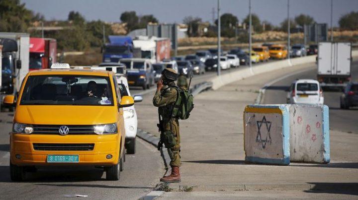 قوات الاحتلال تعيق حركة المواطنين على مفترق قرية بزاريا