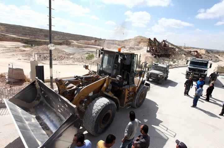 الاحتلال يستولي على 5 جرافات ومعدات في المزرعة الغربية