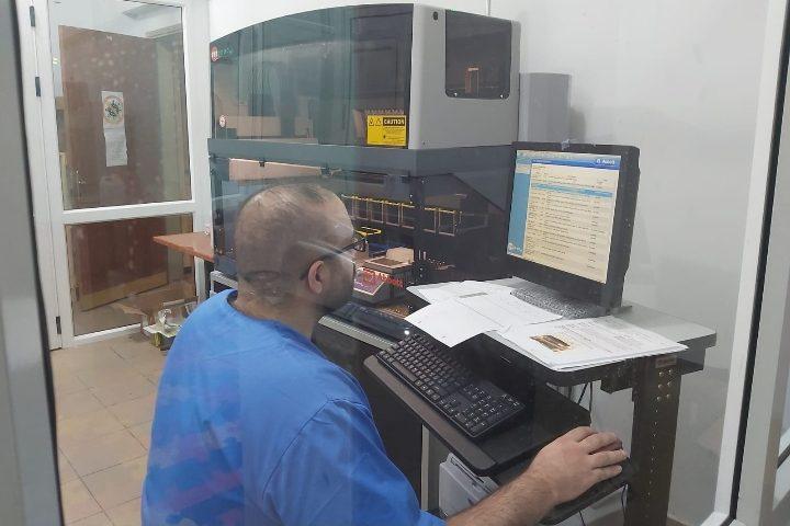 طواقمفحص فيروس كورونا، في مختبر مؤسسة الشهيد ظافر المصري يعملون على فحص العينات التي أخذت مننابلس.