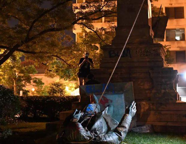 متظاهرون يحطمون تمثال جنرال في واشنطن