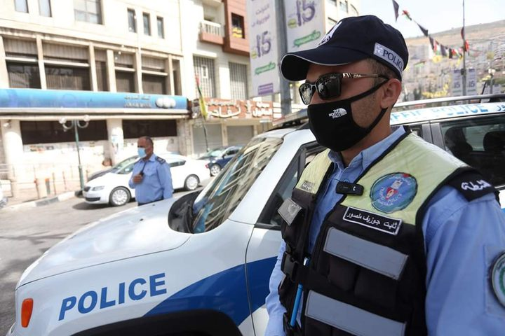 انتشار لأفراد الشرطة وسط مدينة نابلس بعد قرار رئيس الوزراء اغلاق المدينة لمدة 48 ساعة بعد الاعلان لحصر المخالطين المحتملين للمصابين بفايروس كورونا