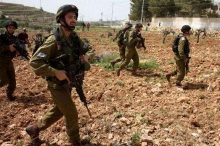 الاحتلال يخطر مواطنا بإخلاء أرضه في بلدة الخضر