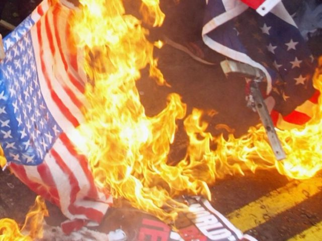 ترامب: السجن لمدة عام لمن يحرق العلم الأمريكي