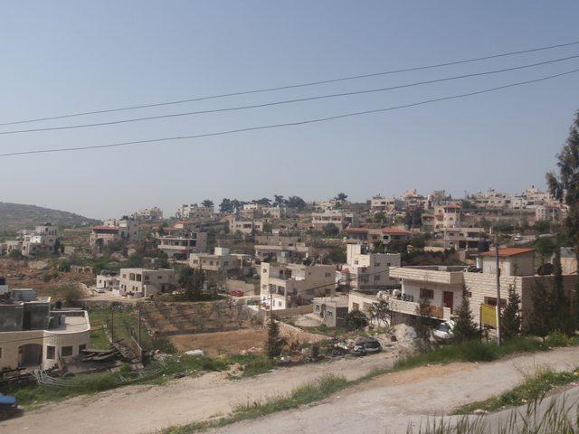 الاحتلال يستولي على حجارة أثرية شمال الخليل