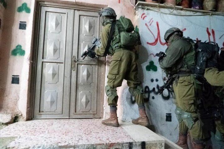 القدس: الاحتلال يعتقل مواطنا وزوجته وطفلا لم تعرف هويته