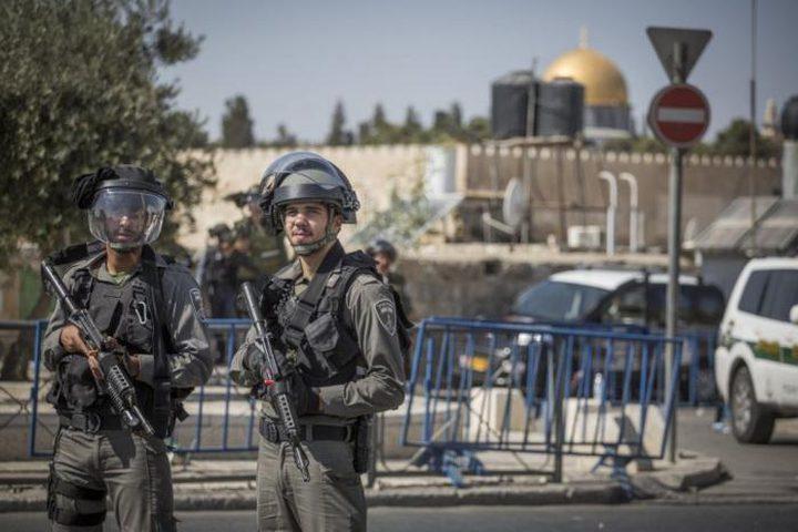 الاحتلال يبعد حارسين وفتاة عن المسجد الأقصى لمدة 6 أشهر