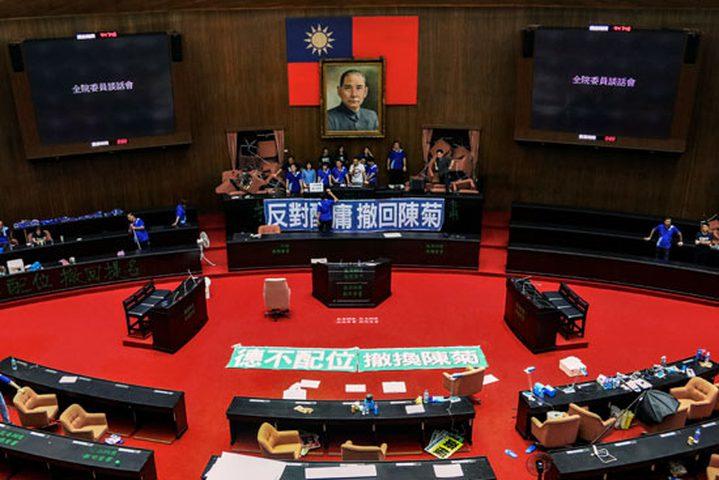 نواب المعارضة التايوانية يحتلون البرلمان