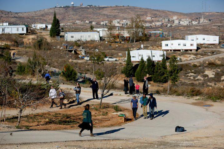 مستوطنون يضعون بيوتا متنقلة شمال نابلس