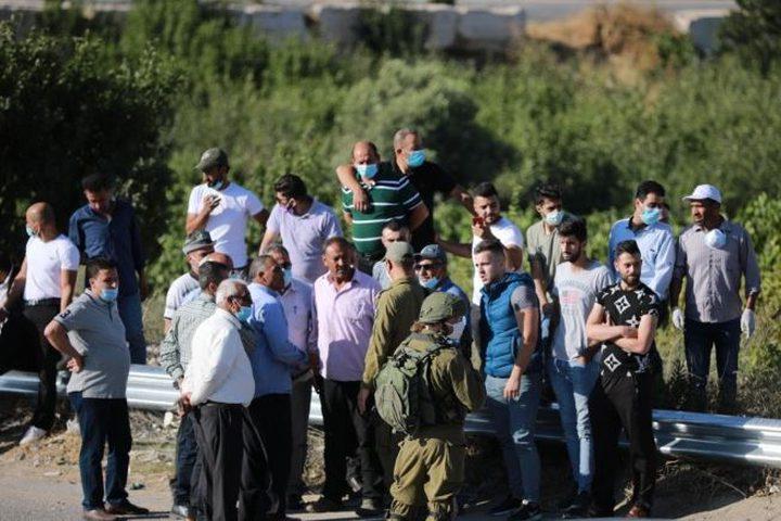 الخليل: مستوطنون يستولون على أراض شرق حلحول