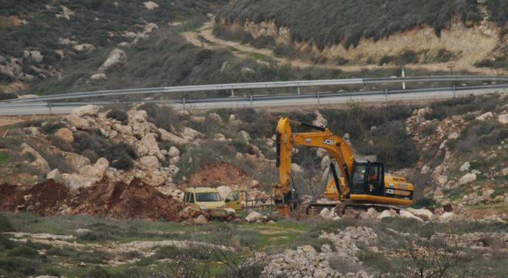 مستوطنون يجرفون مساحات من اراضي قرية عينابوس جنوب نابلس