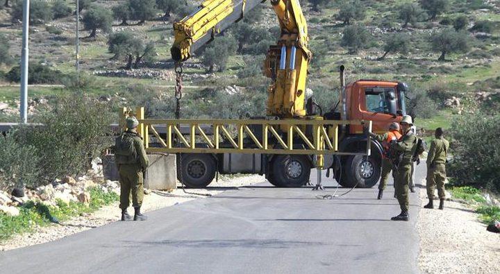 الاحتلال يغلق المدخل الرئيسي لبلدة إذنا ويمنع مرور المواطنين