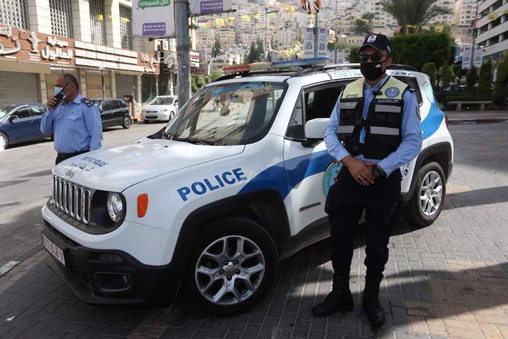 الشرطة تغلق محلات تجارية لعدم التزامهم  بحالة الطوارئ في نابلس
