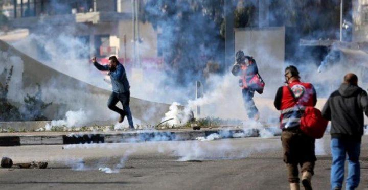 الخليل: إصابة شاب بمواجهات مع الاحتلال في منطقة باب الزاوية