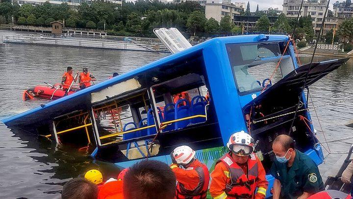 سقوط حافلة نقل طلاب في بحيرة غرب الصين