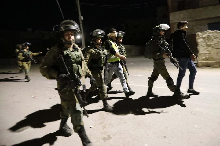 قوات الاحتلال تعتقل شاباً من مخيم الجلزون
