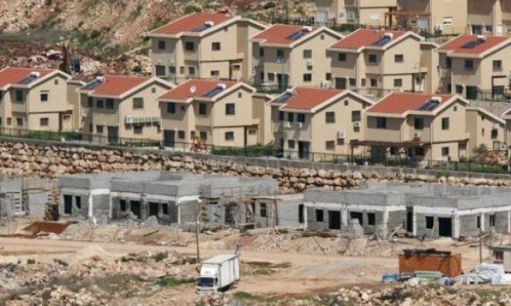 تقرير: مستوطنون يشرعون بإقامة بؤر استيطانية جديدة بحماية الاحتلال