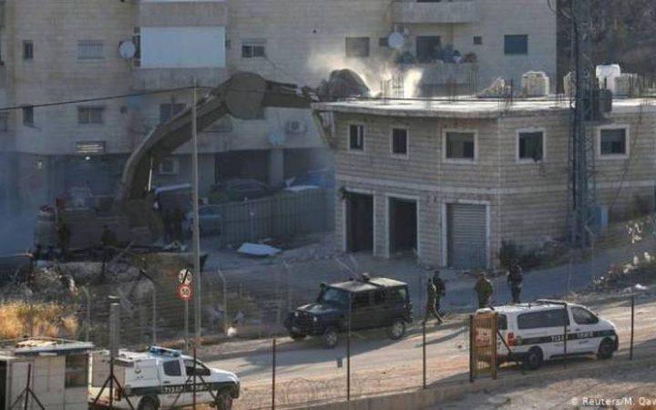 جرافات الاحتلال تهدم قاعة افراح واندلاع مواجهات