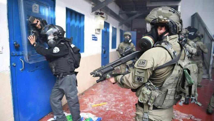 """قوات القمع التابعة للاحتلال تقتحم سجن """"عوفر"""" وترش الأسرى بالغاز"""
