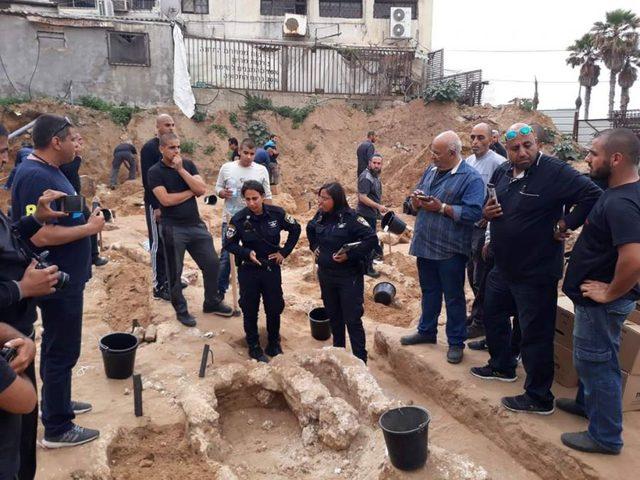 يافا.. تظاهر العشرات ضد تجريف الاحتلال مقبرة الإسعاف الإسلامية