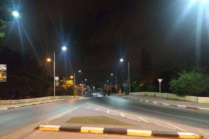 مدينة نابلس مساء اليوم الخميس بعد دخول قرار منع الحركة حتى صباح الاحد القادم حيز التنفيذ.