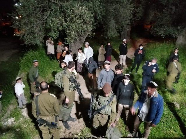 مستوطنون يعتدون على مواطنين في الخليل