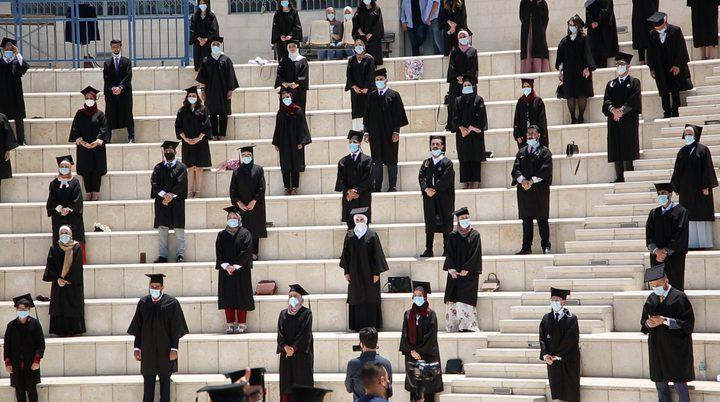 """165طالبا وطالبة في كلية الطب بجامعة النجاح يؤدون """"قسم الطبيب"""""""