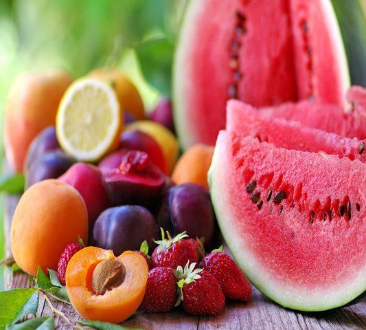 تناولي الفواكه الصيفية للتخلص من الوزن الزائد