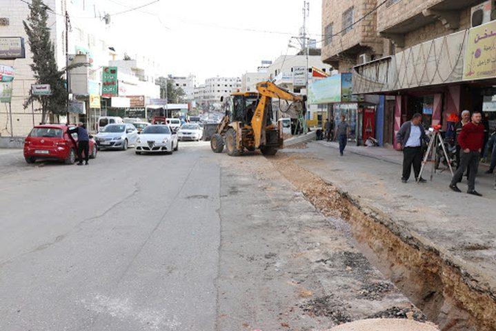 بلدية الخليل تشرع بإعادة تأهيل شارع بالمدينة