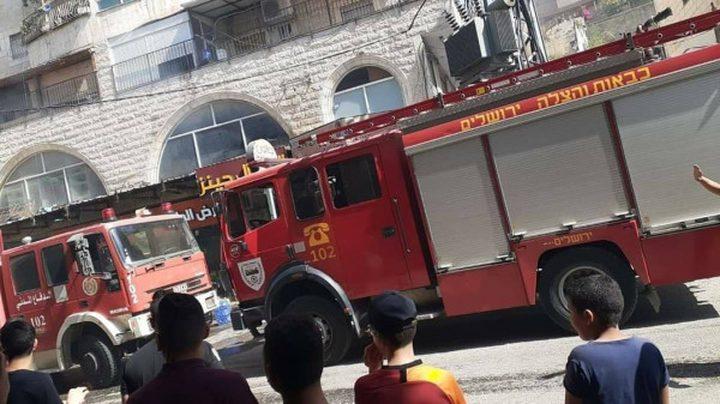 5 اصابات اثر اندلاع حريق كبير بأحد مباني مخيم شعفاط