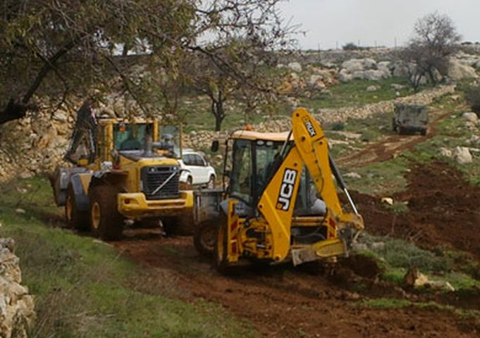 الاحتلال يجرف أراضي مواطنين شرق بيت لحم