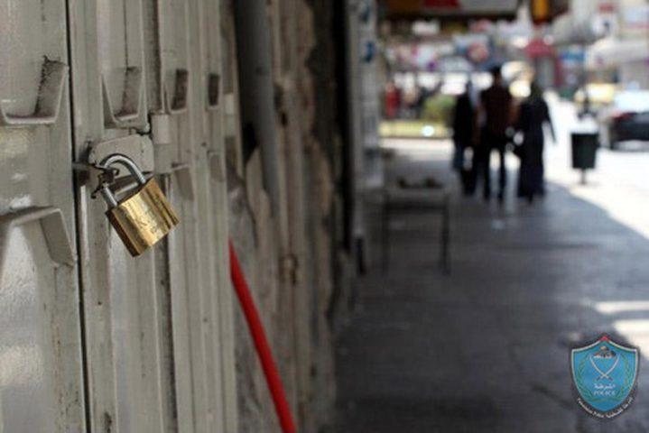 الشرطة تغلق محلات تجارية لعدم الالتزام بالتعليمات في سلفيت