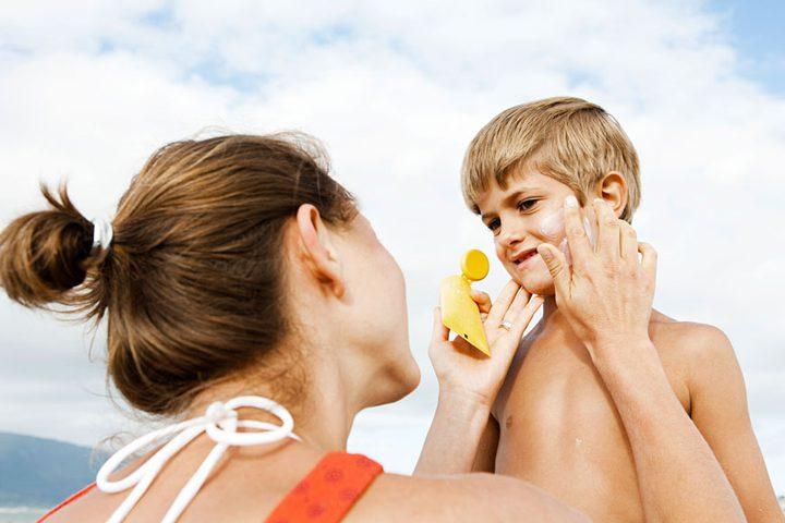 ما هي الطريقة الصحيحة لاستعمال كريم واقي الشمس للأطفال؟