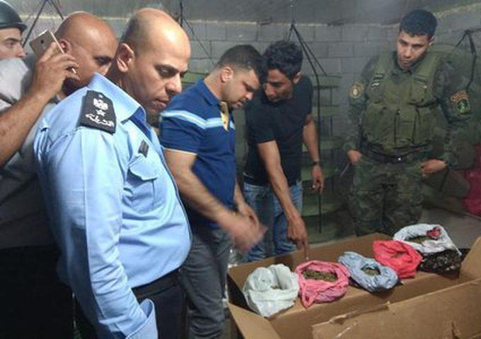 نابلس: الشرطة تقبض على تاجر مخدرات وتضبط مواد مخدرة وأموال بحوزته