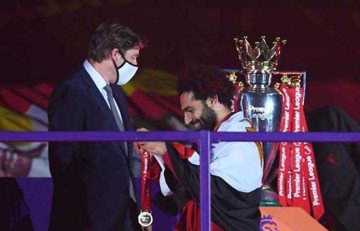لحظة تتويج صلاح مع زملائه بالميداليات الذهبية وكأس الدوري الممتاز